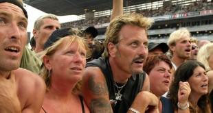 Des fans de Johnny Hallyday attendent le début du concert, le 25 juin 2003, au stade Vélodrome de Marseille (Bouches-du-Rhône).  (GERARD JULIEN / AFP)