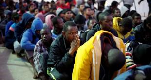 Des migrants sur une base navale à Tripoli, après avoir été secourus en mer par la marine libyenne, le 4 novembre 2017. © REUTERS/Ahmed Jadallah