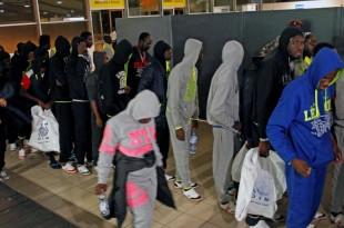 Migrants ivoiriens rapatriés de Libye à leur arrivée à l'aéroport d'Abidjan, lundi 20 novembre 2017. © REUTERS/Luc Gnago