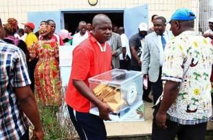 Les électeurs en Guinée équatoriale dans un bureau de vote