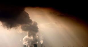 © OLIVER BERG/AFP De la fumée s'échappe d'une centrale à charbon basée près de Bergheim, à l'ouest de l'Allemagne, en septembre 2009.
