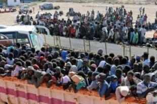 Des migrants subsahariens pris en charge par le HCR mi-octobre 2017, après avoir été découverts aux alentours de Sabratha, où ils étaient retenus prisonniers par des milices. © DR / UNHCR