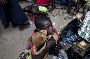 Un enfant attend sa ration alimentaire dans un camp de déplacés à Kikwit, dans la province du Kasaï, le 7 juin 2017. © JOHN WESSELS / AFP