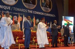 De gauche à droite: les présidents Buhari (Nigeria), Gnassingbé (Togo), Issoufou (Niger), Ouattara (Côte d'Ivoire), Akufo Ado (Ghana), et le président de la Commission de la Cédéao Marcel De Souza, lors d'un mini-sommet à Niamey, le 24 octobre 2017. © BOUREIMA HAMA / AFP
