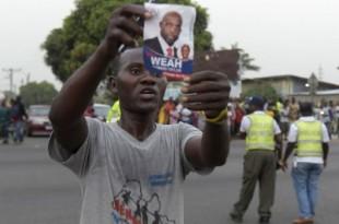 © Seyllou, AFP | Un homme célèbre dans la rue, à Monrovia, la victoire de George Weah.