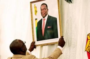 Le portrait d'Emmerson Mnangagwa, nouvel homme fort du Zimbabwe, remplace désormais celui de Robert Mugabe dans la résidence présidentielle, à Harare. © REUTERS/Philimon Bulawayo