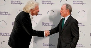 Sir Richard Branson, le fondateur de Virgin et Michael Bloomberg, homme d'affaires et envoyé spécial des Nations unies pour le climat se rencontrent à Paris, le 11 décembre 2017, à la veille du sommet climat. © REUTERS/Ian Langsdon/Pool