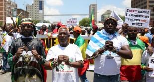 Des manifestants manifestent, enchaînés, à Pretoria, contre l'esclavage des migrants en Libye, le 12 décembre 2017. © REUTERS/Siphiwe Sibeko
