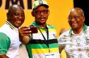 Le nouveau président de l'ANC, Cyril Ramaphosa (à gauche), et Jacob Zuma posent pour une photo, lors du conférence nationale du parti au pouvoir, le 18 décembre 2017. © REUTERS/Siphiwe Sibeko