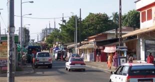 (Photo d'illustration) L'attaque au couteau s'est déroulée au village artisanal de Libreville. Ici, une rue de la capitale gabonaise. © Flickr / Ryan / Creative Commons