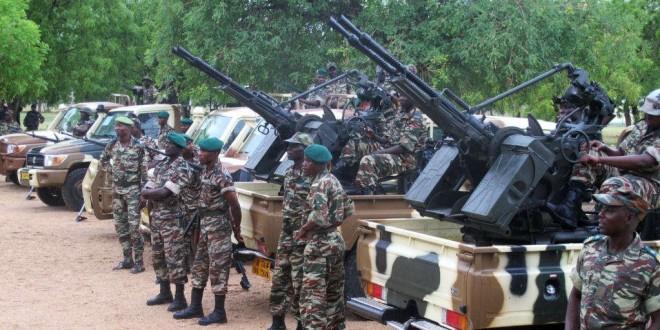 Des soldats camerounais à côté des camions et de l'artillerie lourde à Mora, au nord du Cameroun, 17 juin 2014.