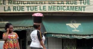 Un slogan accroché à la facade d'une pharmacie de Yaoundé rappelle l'importance et le danger des médicaments de l'économie grise. © Reinnier KAZE / AFP