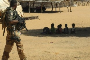 © Daphné Benoit, AFP | Un soldat français patrouille dans un village du Mali, le 1er novembre 2017, dans le cadre de l'opération Barkhane.
