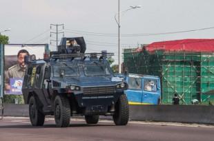 Véhicule des forces de sécurité patrouillant dans les rues de Kinshasa le 30 novembre 2017, décrété «journée de la colère» par l'opposition et les associations de la société civile en RDC (photo d'illustration). © Junior D. KANNAH/AFP