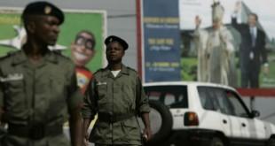 Des policiers camerounais à Yaoundé, en 2005. © Rebecca Blackwell/AP/SIPA
