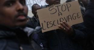 Manifestation contre l'esclavage en Libye, devant l'ambassade libyenne à Paris, le 24 novembre 2017. © Thibault Camus/AP/SIPA