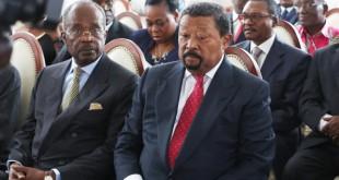 Jean Ping (D) aux côté de l'ancien Premier ministre Casimir Oyé Mba (G), le 27 janvier 2017 à Libreville. © STEVE JORDAN / AFP