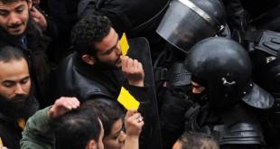 Manifestants et forces de l'ordre, face à face, le 12 janvier à Tunis. © Sofiene HAMDAOUI / AFP