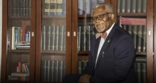 Le 15 février, Akere Muna dans son bureau à Yaoundé. © Jean-Pierre Kepseu/JA