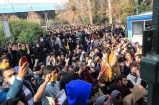 © afp.com/STR Des étudiants iraniens manifestent devant l'université de Téhéran, le 30 décembre 2017