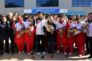 Les hockeyeuses nord-coréennes qui feront équipe commune avec leurs homologues du Sud et l'entraîneur de l'équipe coréenne commune Sarah Murray (au centre). Les sportives n'ont répondu à aucune question à leur descente du bus à bord duquel elles ont franchi la frontière lourdement militarisée entre les deux Corées. /Photo prise le 25 janvier 2018/REUTERS/Song Kyung-Seok