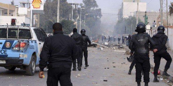 Des policiers tunisiens face à des manifestants lors d'une des nombreuses manifestation qui ont marqué la Tunisie post-révolution. (archive) © Moncef Tajouri/AP/SIPA