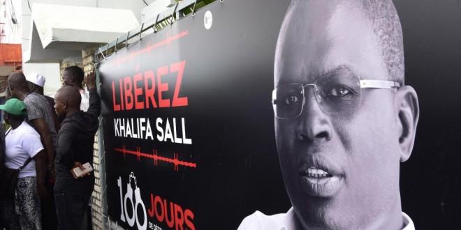 (Photo d'illustration) Affiche pour la libération de Khalifa Sall, maire de Dakar et élu député en juillet dernier alors qu'il était en prison. © SEYLLOU / AFP