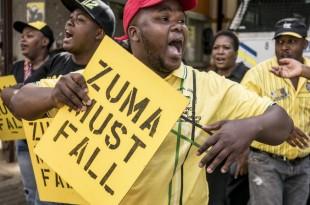 Des membres de l'ANC devant le quartier général du parti, à Johannesburg, pour réclamer le départ du président Jacob Zuma, ce lundi 5 février 2018. © MARCO LONGARI / AFP
