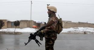 Un membre des forces de sécurité afghanes monte la garde près de l'académie militaire de Kaboul, fin janvier 2018. REUTERS/Omar Sobhani
