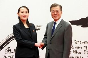 Le président sud-coréen Moon Jae-in salue Kim Yo-jong, soeur du leader nord-coréen Kim Jong-un. Photo non datée distribuée par l'agence KCNA le 10 février. KCNA/via REUTERS