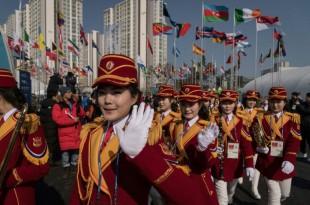 AFP / Ed JONES Les pom-pom girls nord-coréennes lors d'une cérémonie pour accueillir les athlètes nord-coréens au village olympique, le 8 février 2018 à Pyeongchang, en Corée du Sud