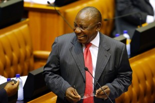 Prestation de serment de Cyril Ramaphosa, nouveau président de l'Afrique du Sud, face aux parlementaires, le 15 février 2018. © REUTERS/Rodger Bosch