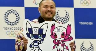 AFP / TORU YAMANAKA Le Japonais Ryo Taniguchi, créateur des mascottes choisies par des écoliers japonais pour incarner l'Olympiade, pose avec son oeuvre, le 28 février 2018 à Tokyo