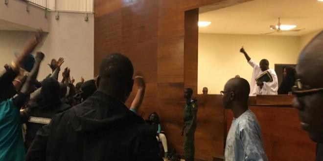 Khalifa Sall salue ses partisans à son procès à Dakar le 5 février 2018. © RFI