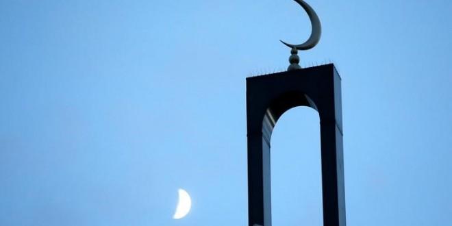 Emmanuel Macron annonce dans le Journal du Dimanche (JDD) qu'il posera les jalons de l'organisation de l'islam en France au premier semestre de cette année. /Photo d'archives/REUTERS/Gonzalo Fuentes