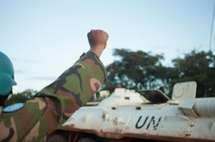 Des casques bleus de la Minusca sécurisent un convoi sur la route de Bouar à Bangui, le 15 octobre 2017. © FLORENT VERGNES / AFP