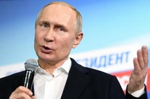 Vladimir Poutine s'exprime devant ses supporters depuis son siège de campagne, à Moscou, le 18 mars 2018. Yuri Kadobnov/POOL via Reuters