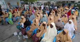 Une partie des lycéennes libérées de Dapchi attendent d'être évacuées par avion à la base aérienne de Maiduguri, au Nigeria, le 21 mars 2018. © REUTERS/Afolabi Sotunde