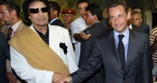 L'ancien leader libyen Mouammar Kadhafi (G) et l'ex-président français Nicolas Sarkozy (D) lors d'une visite officielle à Tripoli le 25 juillet 2007. AFP/Archives / Patrick KOVARIK