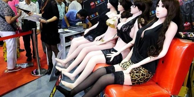 Getty Images Image caption Des poupées gonflables exposées dans un festival culturel du sexe en Chine en 2013 (illustration)
