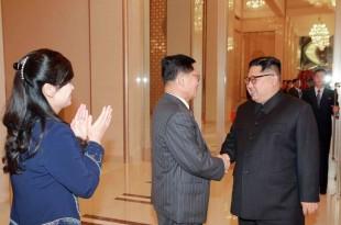 © STR / KCNA VIA KNS / AFP Le dirigeant nord coréen Kim Jong-Un félicite des membres du Samjiyon Orchestra qui ont visité la Corée du Sud lors des JO.