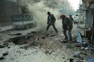 © Hamza Al-Ajweh, AFP Des hommes constatent les dommages provoqués par un bombardement du régime syrien, le 10 mars 2018, dans l'enclave de la Ghouta orientale.