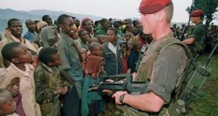 © PASCAL GUYOT / AFP Deux soldats Français chargés de protéger des réfugiés tutsi montent la garde, le 30 avril 1994 au camp de Niashishi (Rwanda).