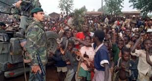 © HOCINE ZAOURAR / AFP Des militaires français et des réfugiés hutu, pendant le génocide au Rwanda en 1994.