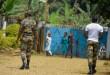 Des soldats patrouillent à Bafut, après que le toit du dortoir d'une école a été incendié pendant la nuit du 15 novembre 2017, dans la région anglophone du nord-ouest du Cameroun.