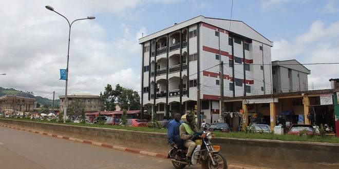 Une rue du centre-ville de Bamenda, au Cameroun anglophone. © Wikimedia Commons