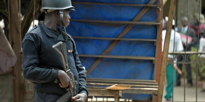 (Photo d'illustration) Un policier au siège du principal parti d'opposition, SDF, à Bamenda au Cameroun anglophone, le 22 février 2018. © Reinnier KAZE/AFP