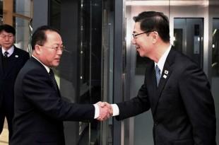 Dans cette photo fournie par le ministère de l'Unification de la Corée du Sud, le vice-ministre coréen de l'Unification Chun Hae-sung, à droite, serre la main de la délégation nord-coréenne Jon Jong Su avant leur rencontre à Panmunjom dans la zone démilitarisée de Paju.