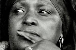 """Winnie Mandela, 1986 : « Nous n'avons pas de fusil, nous avons seulement des pierres, des boîtes d'allumettes et de l'essence. Ensemble, main dans la main, avec nos boîtes d'allumettes et nos """"necklaces"""" [pneus enflammés au cou des traîtres], nous allons libérer ce pays ». © Gallo Images SIPA"""