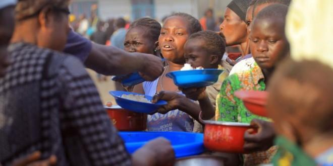 Les déplacés reçoivent de l'aide alimentaire de Medecins sans frontières (MSF) dans le camp de Bunia, la République démocratique Congo (RDC) le 16 février 2018. © REUTERS/Stringer